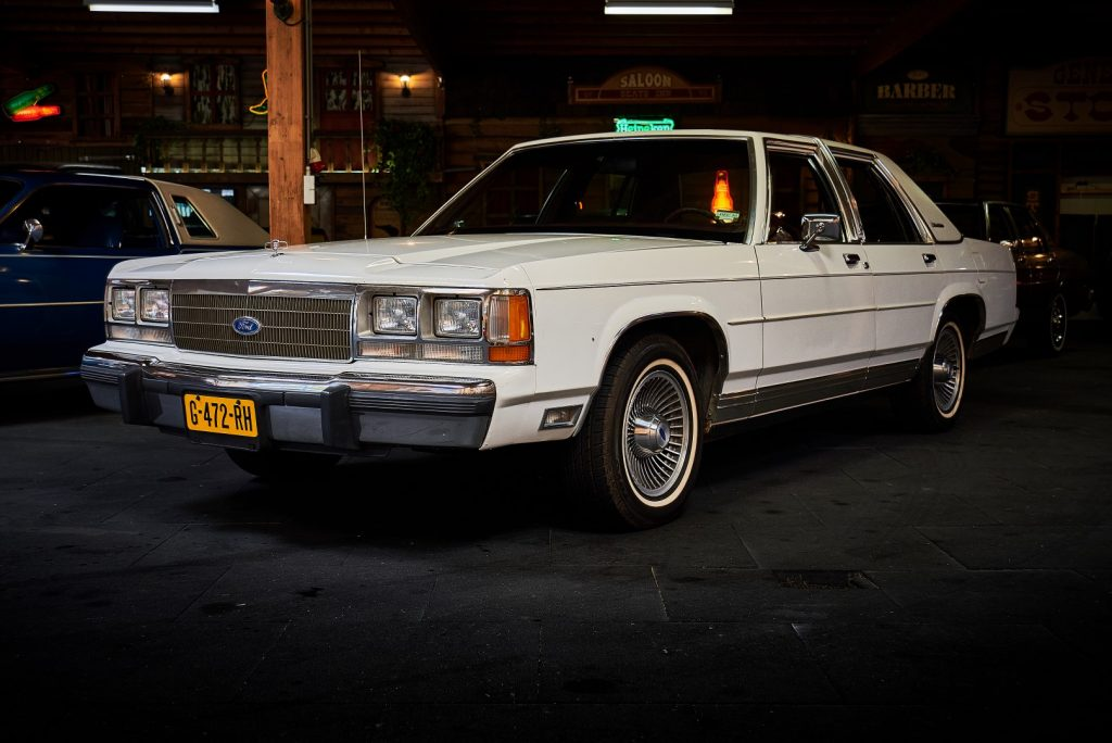 Ford-Crown-Victoria-1991-LX